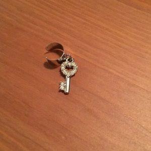 Jewelry - Heart key ear cuff